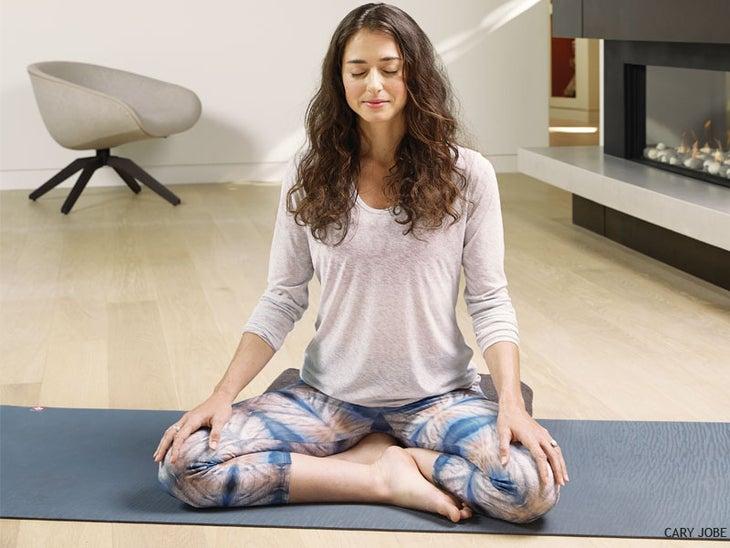 Mejores posturas de yoga que te ayudarán a dormir mejores y más rápido